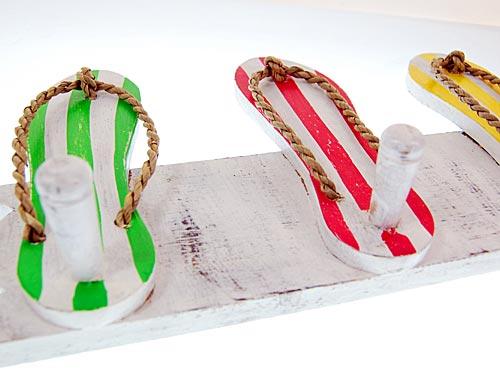 Dekorations wand holz garderobe bunte sandalen fli flops for Garderobe bunt